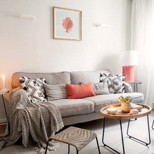 Imagen de salón para visitas nórdico con paredes blancas, suelo de madera en tonos medios y suelo beige