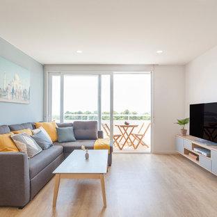 Diseño de salón cerrado, nórdico, con paredes blancas, suelo de madera clara, televisor independiente y suelo beige