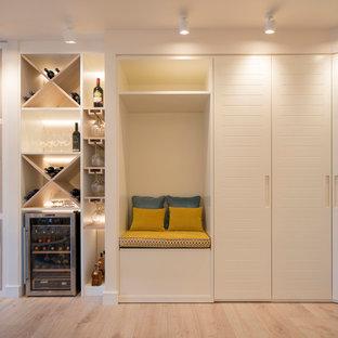 Foto di un grande soggiorno chic aperto con angolo bar, pareti bianche, pavimento in laminato, nessun camino, parete attrezzata e pavimento giallo