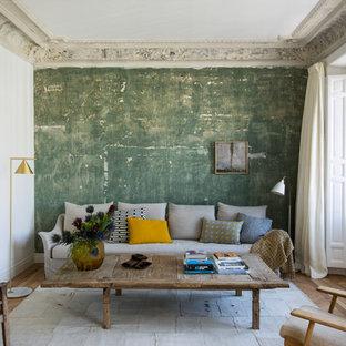 Imagen de salón para visitas cerrado, actual, de tamaño medio, sin televisor, con suelo de madera en tonos medios, paredes blancas y suelo beige