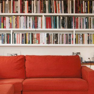 Modelo de biblioteca en casa cerrada, nórdica, de tamaño medio, sin chimenea, con paredes blancas y televisor independiente