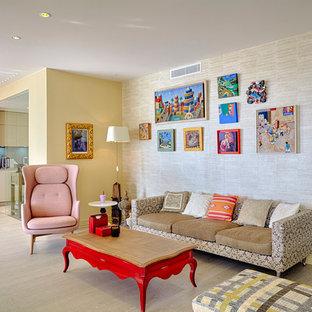 Cette photo montre un salon éclectique ouvert avec un mur jaune, un sol en bois clair et un sol beige.