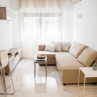 Idee per un piccolo soggiorno scandinavo aperto con pareti bianche, pavimento in marmo, nessun camino, TV autoportante e pavimento bianco