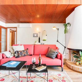 Foto de salón contemporáneo con paredes blancas, suelo de madera clara, chimenea de esquina y suelo beige