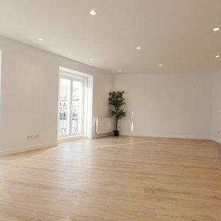 マドリードの中サイズのコンテンポラリースタイルのおしゃれなリビング (白い壁、ラミネートの床、暖炉なし、テレビなし、ベージュの床) の写真