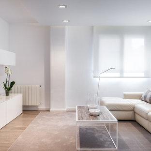 Diseño de salón contemporáneo, de tamaño medio, con paredes blancas, televisor independiente y suelo beige