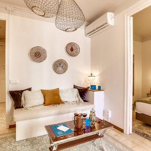 Diseño de salón mediterráneo con paredes blancas
