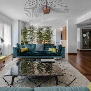 Diseño de salón para visitas abierto, contemporáneo, grande, sin chimenea, con paredes blancas, suelo de madera oscura y suelo marrón