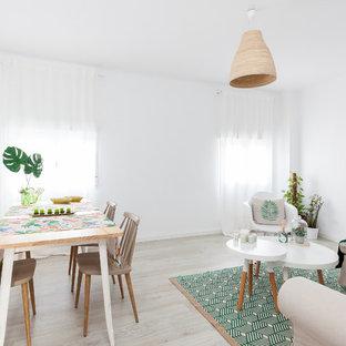 マドリードの中サイズのビーチスタイルのおしゃれな独立型リビング (白い壁、淡色無垢フローリング、暖炉なし、テレビなし、グレーの床) の写真