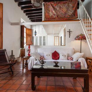 Ispirazione per un soggiorno tropicale di medie dimensioni e aperto con sala formale, pareti bianche, pavimento in terracotta, nessun camino e nessuna TV