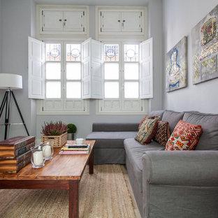 Idee per un soggiorno moderno di medie dimensioni e aperto con sala formale, pareti grigie, pavimento in legno massello medio, nessun camino e TV a parete