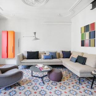 Modelo de salón abierto, actual, de tamaño medio, sin chimenea, con paredes blancas, suelo de baldosas de cerámica y suelo multicolor
