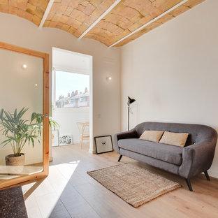 Foto de salón mediterráneo con paredes blancas y suelo de madera clara