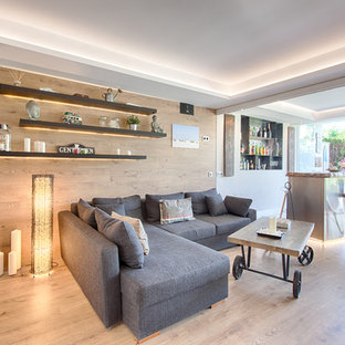 Modelo de salón para visitas abierto, contemporáneo, de tamaño medio, con suelo de madera clara y suelo beige