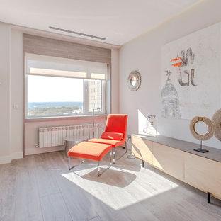 Imagen de salón para visitas actual con paredes blancas, suelo de madera clara y suelo beige