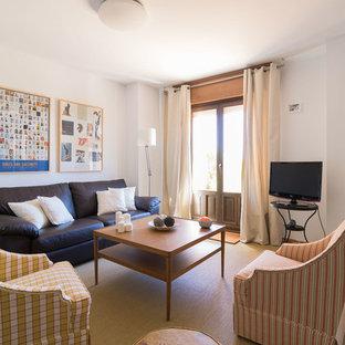 Imagen de salón para visitas cerrado, tradicional renovado, de tamaño medio, con paredes blancas, moqueta, estufa de leña y televisor independiente