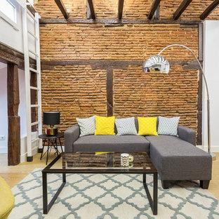 Ejemplo de salón abierto, urbano, de tamaño medio, sin chimenea, con paredes blancas, suelo de madera clara y suelo beige