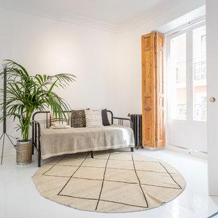 Imagen de salón para visitas cerrado, mediterráneo, con paredes blancas y suelo blanco