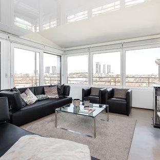 Foto de salón para visitas abierto, contemporáneo, con paredes blancas, suelo de cemento, chimeneas suspendidas, marco de chimenea de metal y suelo beige