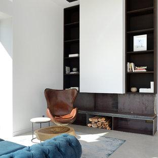 Imagen de salón ecléctico, sin televisor, con paredes blancas y suelo de cemento