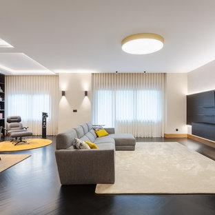 Imagen de salón actual con paredes blancas, suelo de madera pintada, televisor independiente y suelo negro