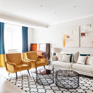Diseño de salón tradicional renovado con paredes beige y suelo beige