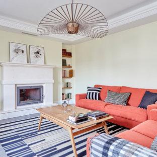 Modelo de salón abierto, tradicional renovado, grande, sin televisor, con paredes beige, suelo de madera oscura, chimenea tradicional, marco de chimenea de piedra y suelo marrón