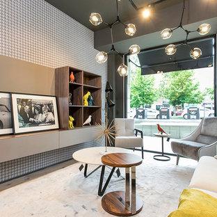 バルセロナの小さいミッドセンチュリースタイルのおしゃれなリビング (グレーの壁、淡色無垢フローリング、壁掛け型テレビ、ベージュの床) の写真