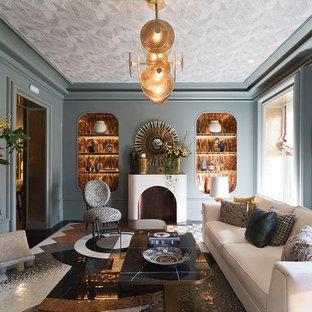 Diseño de salón cerrado, ecléctico, con paredes grises, chimenea tradicional y suelo multicolor