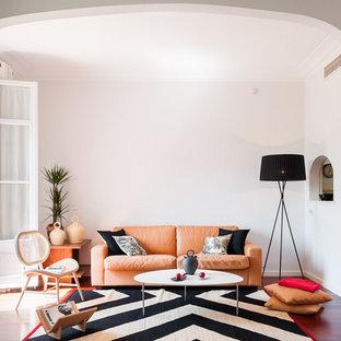 Diseño de salón para visitas abierto, contemporáneo, de tamaño medio, sin chimenea y televisor, con suelo de madera oscura y paredes blancas