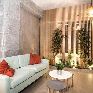 Diseño de salón para visitas tipo loft, industrial, pequeño, con paredes grises, suelo gris y suelo de cemento