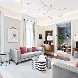Diseño de salón para visitas cerrado, tradicional renovado, de tamaño medio, sin chimenea y televisor, con paredes grises, suelo de madera oscura y suelo marrón