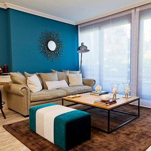 Foto de salón para visitas cerrado, contemporáneo, de tamaño medio, sin chimenea y televisor, con paredes azules y suelo de madera en tonos medios