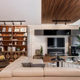 Foto de salón cerrado y madera, contemporáneo, con paredes blancas, suelo de madera en tonos medios, chimenea lineal y suelo marrón