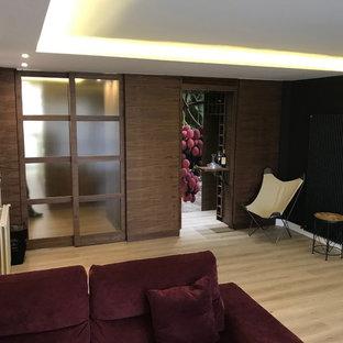 Imagen de salón con barra de bar abierto, contemporáneo, grande, con paredes blancas, suelo de madera clara y suelo beige