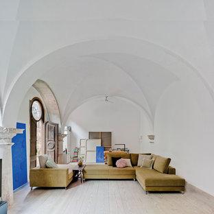 Foto de salón para visitas abierto, contemporáneo, grande, sin chimenea y televisor, con paredes blancas y suelo de madera clara
