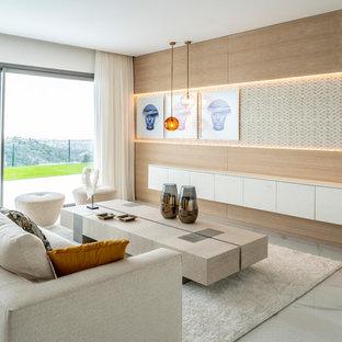 Modelo de salón contemporáneo, sin televisor, con paredes marrones y suelo blanco