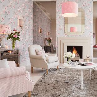Ispirazione per un soggiorno stile shabby di medie dimensioni e aperto con pareti multicolore e camino classico