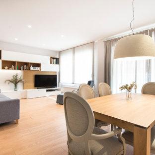 Ejemplo de salón abierto, contemporáneo, con paredes blancas, suelo de madera en tonos medios y televisor en una esquina