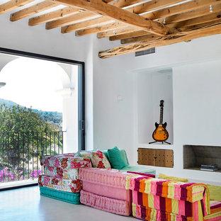 Modelo de salón mediterráneo con paredes blancas, suelo de cemento, todas las chimeneas y suelo gris