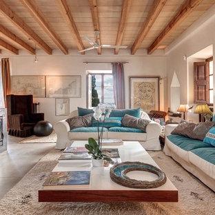 Diseño de salón para visitas abierto, mediterráneo, grande, sin televisor, con paredes blancas y chimenea tradicional