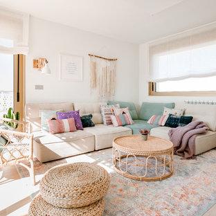 Ejemplo de salón para visitas costero, grande, sin chimenea y televisor, con paredes blancas y suelo de madera clara