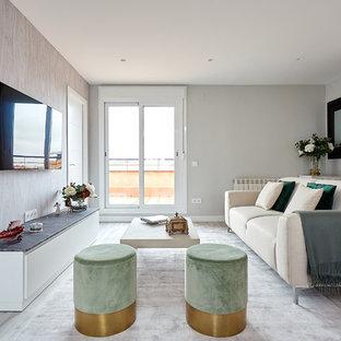 Foto de salón contemporáneo con paredes grises, suelo de madera clara, televisor colgado en la pared y suelo gris
