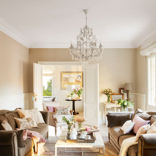 Modelo de salón para visitas cerrado, tradicional, grande, con paredes beige, suelo de madera clara y suelo beige