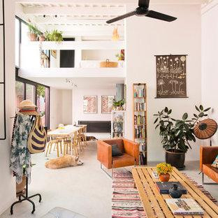Foto de salón para visitas abierto, actual, sin televisor, con paredes blancas, suelo de cemento y suelo gris