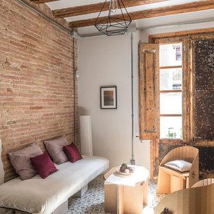 Esempio di un soggiorno stile shabby di medie dimensioni e aperto con pareti bianche, pavimento in cemento e pavimento bianco