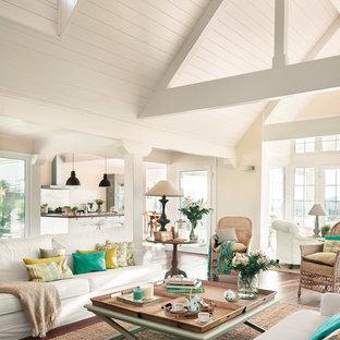 Foto de salón para visitas abierto, marinero, grande, con paredes beige, suelo de madera en tonos medios y suelo marrón