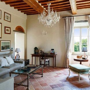 Ejemplo de salón cerrado, mediterráneo, con paredes beige, suelo de baldosas de terracota y suelo naranja