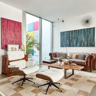 Modelo de salón para visitas abierto, ecléctico, de tamaño medio, con paredes blancas y suelo beige