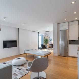 Skandinavisches Wohnzimmer mit weißer Wandfarbe, hellem Holzboden, beigem Boden und Wandpaneelen in Sonstige